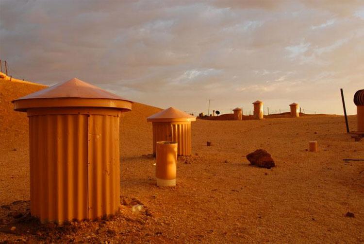 Este pueblo vive bajo tierra en el desierto australiano. ¡No podía creer la RAZÓN!