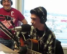 La emisora y TODA la ciudad no podían CREERLO cuando oyeron la voz de este adolescente