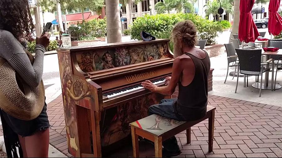 Este hombre sin hogar pensó que sólo estaba tocando el piano, pero le CAMBIÓ SU VIDA