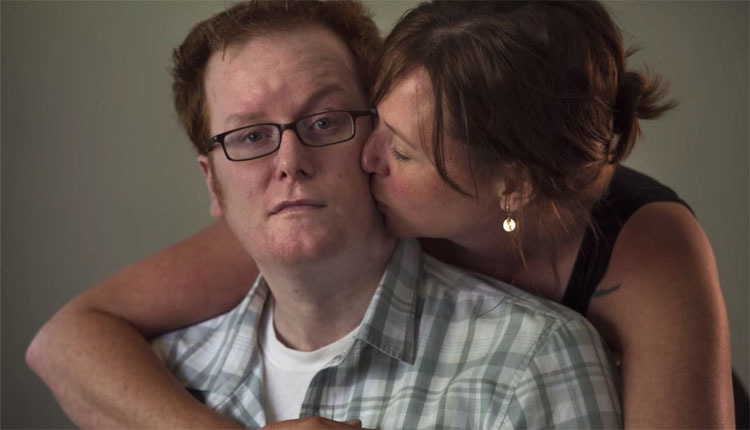 Esposa dice adiós a su marido. Ella sabe que están haciendo algo incorrecto cuando ella LO BESA