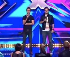 Hermanos gemelos salen al escenario. Cuando la música comienza, mira al de la izquierda...