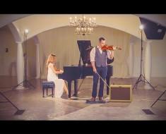 Cuando él toma un violín, ella comienza a tocar. Nunca he oído 'Hallelujah' de esta forma antes