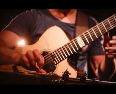 Toca un icónica canción de rock con su guitarra, pero de una manera que NUNCA esperarías