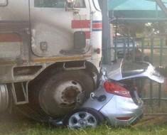 Un camión aplastó su vehículo dejándolo destrozado. ¿Qué pasó cuando miraron en su interior? ¡INCREÍBLE!