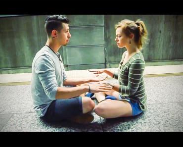 Una pareja se sienta en un andén del metro frente a frente. ¿Su siguiente movimiento? FASCINANTE