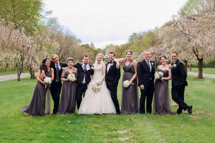Una novia le pregunta a su abuela si quiere estar en su fiesta de boda. Las fotos resultantes son FANTÁSTICAS