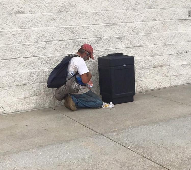 Ve a un hombre frente a un contenedor de basura. Pero se DETIENE EN SECO al ver lo que está haciendo