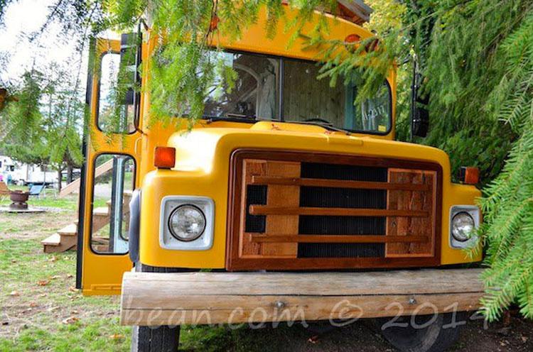 Esta pareja encontró un autobús escolar viejo. Lo que hicieron con el es casi inimaginable