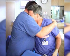Estos padres rezan por un parto normal, ahora mira lo que lleva el doctor en la mano izquierda...