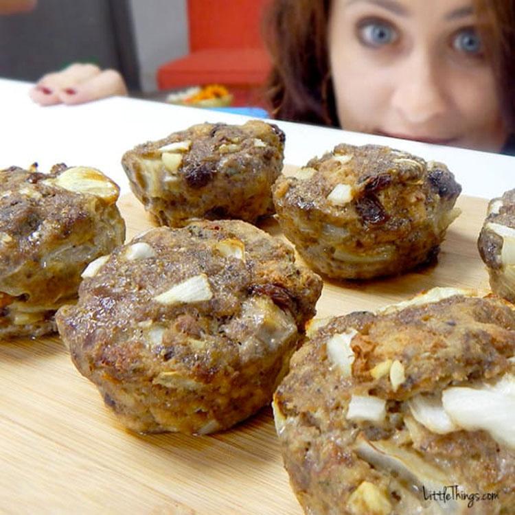 Mete carne picada en moldes de cupcakes. Minutos más tarde... ¡No puedo dejar de BABEAR!