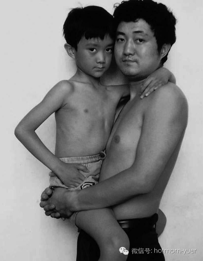 Un padre y su hijo se toman la misma foto durante 27 años. La última es TAN HERMOSA