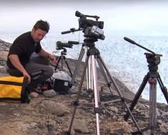 Apunta con su cámara hacia un glaciar gigante, ¿pero qué pasa cuando mira? Tiene ESCALOFRÍOS con lo que ve