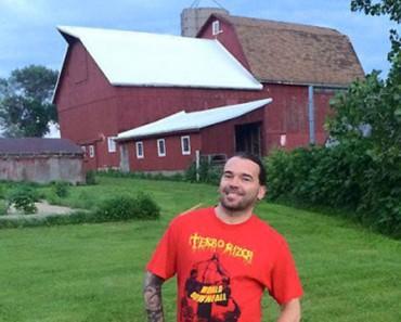 Guitarrista de banda de rock dona su granja para que no sean sacrificados animales rescatados 1