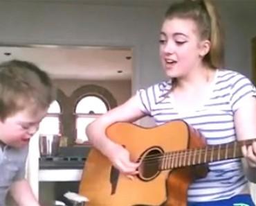 Ella empieza a cantar una famosa canción... cuando su hermano se une a ella. ¡EMOTIVO!