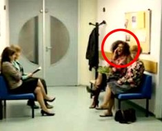 Ella está hablando en voz alta con su teléfono, ahora ATENCIÓN a la dama pelirroja...