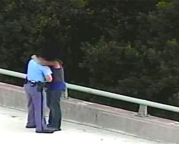 Policía se acerca a un hombre en un puente, y se da cuenta de la DESGARRADORA verdad...