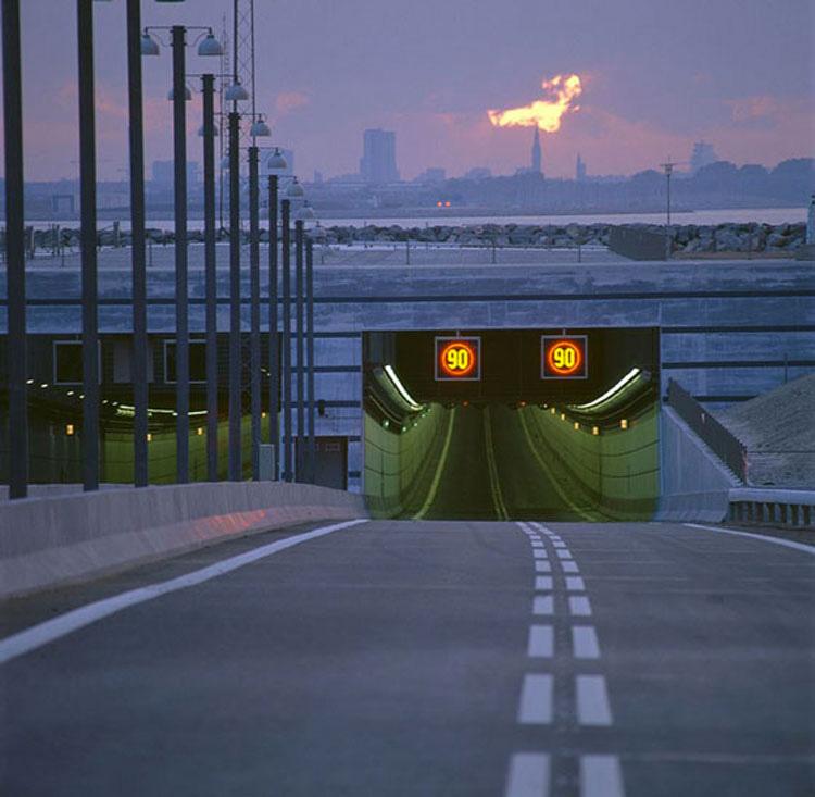 Este puente conecta dos países y se convierte en algo ÉPICO en un determinado punto. ¡IMPRESIONANTE!