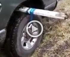 Si su coche está siempre atascado en el barro, existe una manera GENIAL para sacarlo