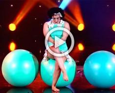 Esta tímida gimnasta se sienta en una gran bola y espera. Cuando ella empieza a moverse te deja sin palabras