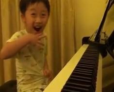 Cuando este niño de 5 años comenzó a tocar el piano, no podía CREER lo que estaba escuchando