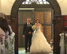 Papá entra con la novia por el pasillo, cuando ella levanta su brazo los deja ATURDIDOS