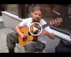 Se parece a cualquier otro músico de la calle, hasta que empieza a tocar. ¡ABSOLUTAMENTE INCREÍBLE!
