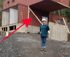 Apila cuatro contenedores de carga en un terreno y los convierte en ALGO HERMOSO