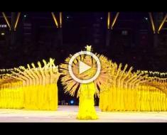 Estos bailarines caminan en línea sobre el escenario. La MAGIA sucede cuando empieza la música