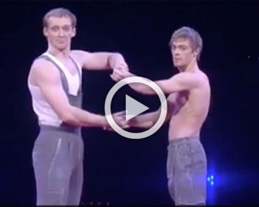 Agarra la mano de un hombre sin camisa en el escenario. ¡Segundos más tarde, me quedé boquiabierto!