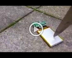 NO INTENTES ESTO EN CASA: Esto es lo que sucede cuando pinchas la batería de un teléfono con un cuchillo