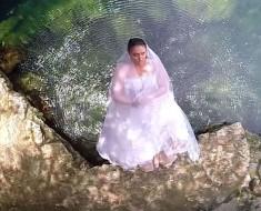 Ella se hunde en el agua, ahora ATENCIÓN a su vestido de novia...