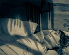Este documental muestra por qué la parálisis del sueño es más ATERRADORA de lo que pensabas