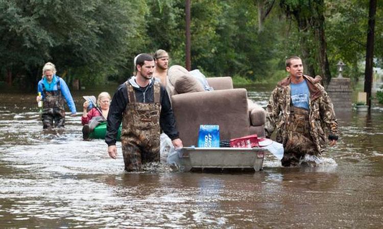 Este perro se niega a dejar al hombre que lo salvó de la inundación. ¡CONMOVEDOR!