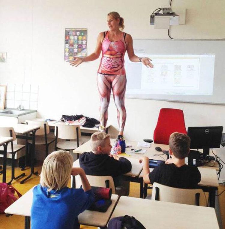 Esta maestra se desnuda para enseñar a sus estudiantes sobre el cuerpo humano. ¡WOW!