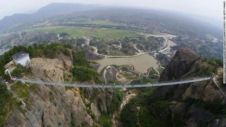 China abre el puente más TERRORÍFICO del mundo para el público