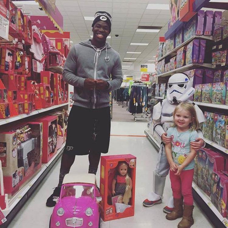 Este adolescente pregunta a una niña cuál es su muñeca favorita. Cuando se lo dice, él la toma y se aleja