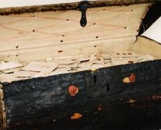 Expertos de un museo abren un baúl de 300 años y se quedan aturdidos por lo que hay dentro