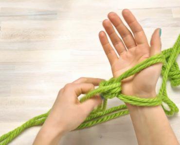 Envuelve hilo alrededor de sus manos. 30 minutos más tarde tiene un accesorio IMPRESIONANTE