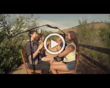 Cuatro adolescentes se sientan en círculo y cantan, pero es lo que hacen con sus manos lo que ASOMBRA