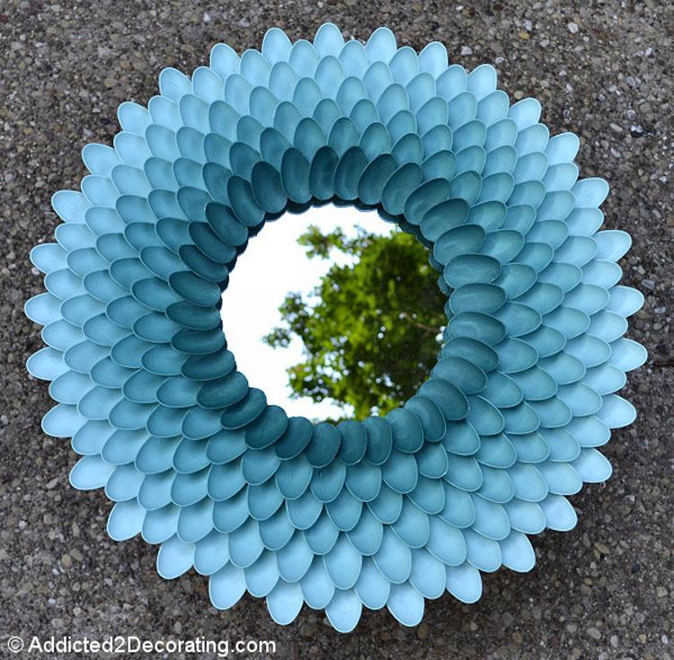 Lo que hizo con tan solo cucharas de plástico y cartón es una pieza épica de decoración