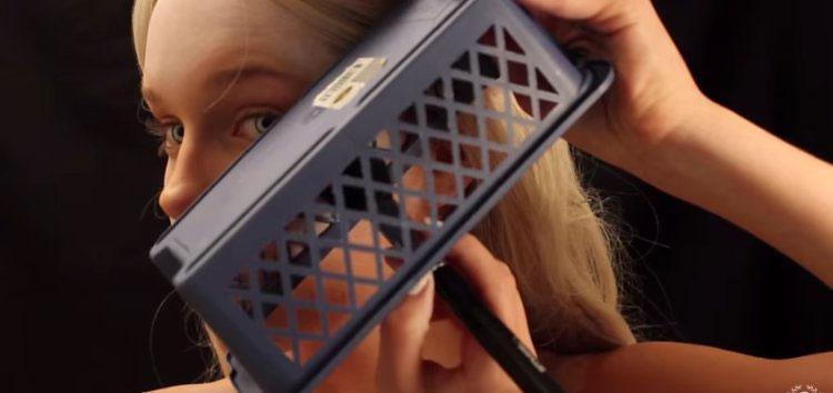 Esta chica se pone una caja sobre su rostro. Cuando vi lo que estaba haciendo, ¡me sorprendió!