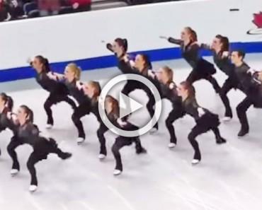 Dieciséis patinadores sobre hielo en cuatro filas. Cuando la música comienza, ATENCIÓN a sus piernas