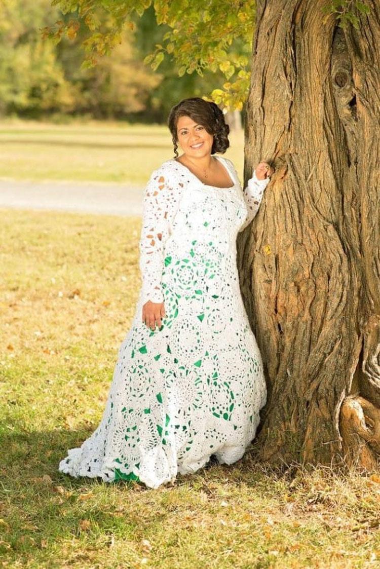 Parece una novia normal. Pero mira de cerca su vestido de novia, INCREÍBLE...