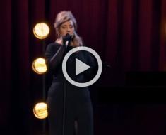 Nadie la reconoció cuando caminaba por el escenario... pero entonces ella comenzó a cantar. ¡GUAU!