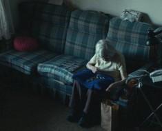 Una cámara muestra lo que una anciana de 98 años hace con su tiempo. El mundo llora con la verdad