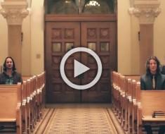 Estos 5 hombres sentados dentro de una iglesia están a punto de hacer algo que te emocionará. ¡INCREÍBLE!