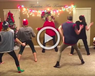 8 chicos hacen un baile de Navidad. Ahora mira cuando se dan la vuelta, ¡hilarante!