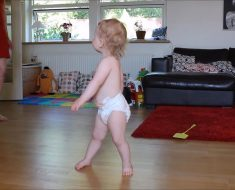 Cuando mamá sube la música su bebé inicia un baile que se ha hecho VIRAL...