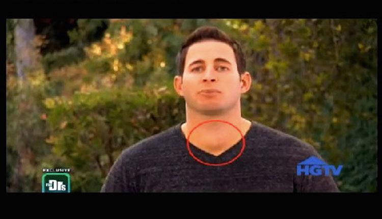 Estaba viendo un programa de televisión cuando notó algo extraño en el cuello del presentador
