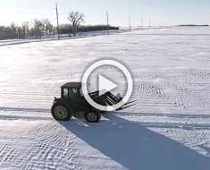 Este granjero está solo en la nieve. Ahora mira cuando la cámara se aleja... ¡INCREÍBLE!